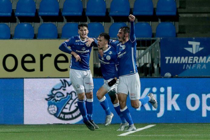 Leo Väisänen (m) juicht na de 2-2, Paco van Moorsel (r) maakte eerder de 1-2 al. Links: Ruben Rodrigues.