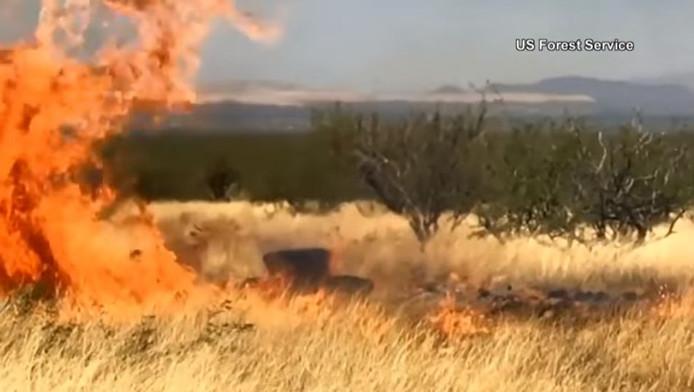 Seconden later zijn er al enorme vlammen te zien.