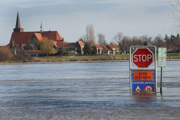 Hoogwater en daardoor geen veerpontje op de Maas tussen Vierlingsbeek en Bergen in 2011.