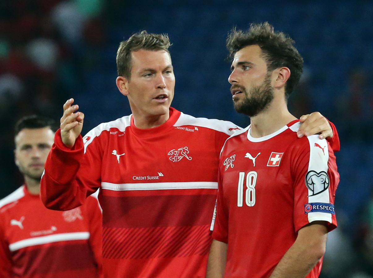 Zwitsers international Stephan Lichsteiner (l) en Admir Mehmedi.