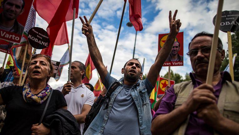 Gisteren demonstreerden Koerden bij de ambassade van Turkije in Parijs tegen de Turkse luchtaanvallen tegen de PKK-separatisten in Irak. Beeld EPA