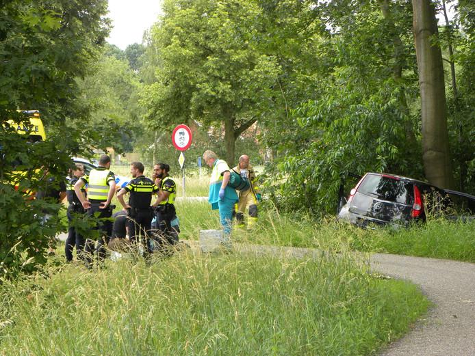 Hulpdiensten op de plek van het ongeval op de Wikkerinkweg in Aalten.