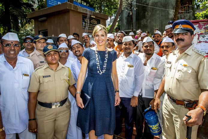 Koningin Maxima bezoekt in Dabbawalas, India maaltijdbezorgers die een digitale bankrekening hebben gekregen van PayTM.