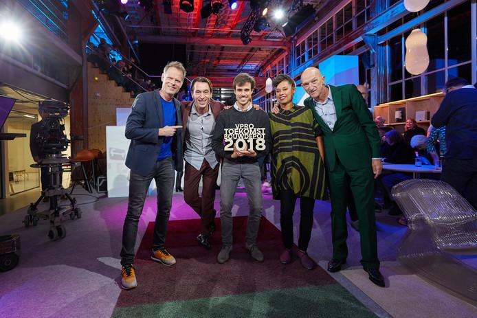 Lex Hoefsloot van Lightyear (midden), een spin off van de TU/e in Eindhoven, heeft de VPRO-prijs 2018 van het tv-programma De Toekomstbouwers gewonnen. Op de foto verder onder anderen Martijn Paulen, juryvoorzitter en directeur van de DDW (links) en presentator Wilfried de Jong (rechts).