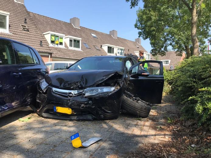 De zwaar beschadigde auto van de vader