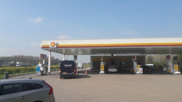 Het Shell-station aan de A15 bij Kesteren wordt schoongemaakt na een ongeval.