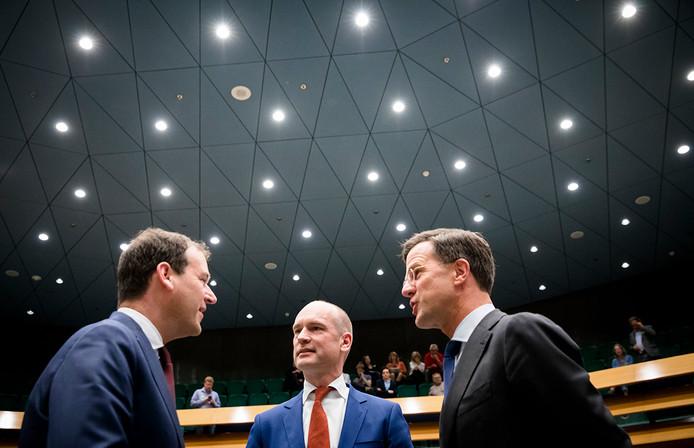 Van links naar rechts: Lodewijk Asscher (Pvda), Gert-Jan Segers (Christenunie) en Premier Mark Rutte tijdens een Tweede Kamerdebat over de verkiezingsuitslag.