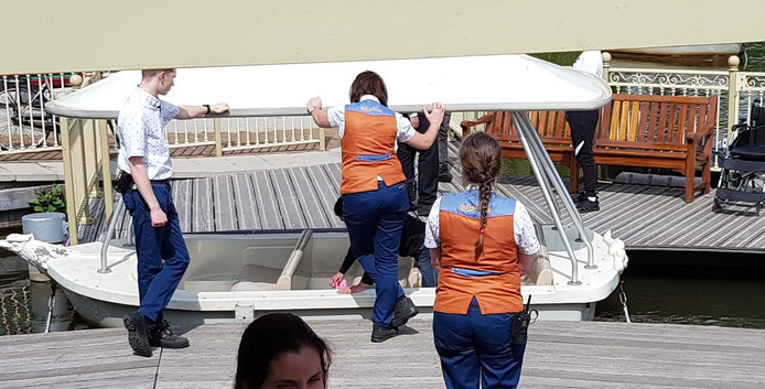 Jongeren moeten bootje van Efteling met rotzooi erin zelf opruimen