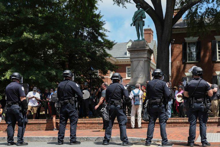 Een bonte verzameling Ku Klux Klan-leden, ultranationalisten en antisemieten protesteerde zaterdag met hakenkruizen en Confederatievlaggen in Charlottesville, Virginia. Beeld Photo News