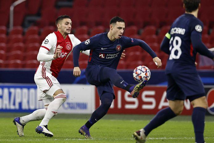 Dusan Tadic in de achtervolging op Dion Cools van FC Midtjylland.