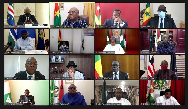 Een screenshot van de teleconferentie van de staatshoofden van de Ecowas. Mali mag niet meer meedoen als gevolg van de staatsgreep.  Beeld Via Reuters