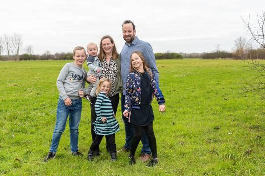 Nelleke Kikkert keerde terug naar Zeeland, met haar man Tomas Kikkert en (van links naar rechts) zoon Nathan (11), oudste dochter Marit (9), jongste dochter Vera (5), baby Chris (1).