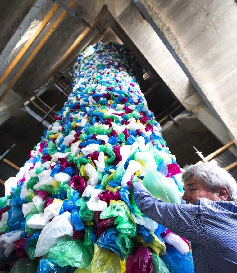 Vrijwilligers helpen in De Meelfabriek bij de opbouw van het kunstwerk Plastic Bags van Pascale Marthine Tayou. De installatie maakt deel uit van de kunsttentoonstelling Global Imaginations. Beeld anp