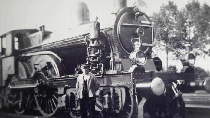 Piet Hielkema bij 'zijn' locomotief. Hij verloor het leven tijdens beschietingen van zijn trein in juli 1944 door Amerikaanse bommenwerpers.