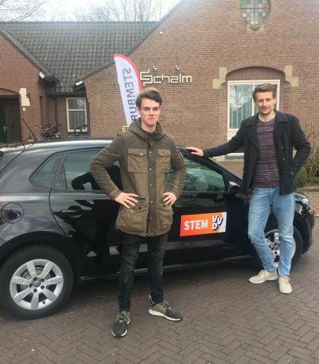 Met de 'VVD-taxi' naar het stembureau in Raalte: Porsche al snel volgeboekt