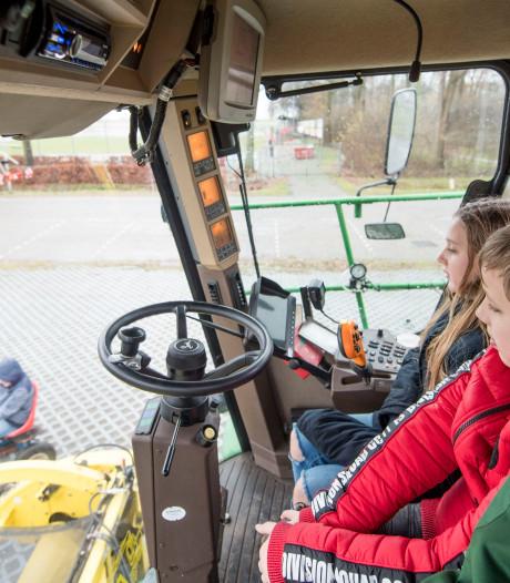 Basisschoolleerlingen krijgen les over landbouwverkeer in Den Ham