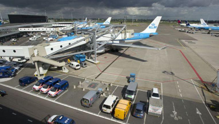 Een Boeing 737-400 van Corendon Airlines is zaterdagavond rond kwart over zeven van de kleine baan op Schiphol-Oost geraakt. Foto ANP Beeld
