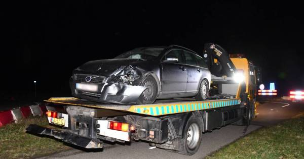 Auto en taxibusje zwaar beschadigd bij frontale botsing in Breskens.