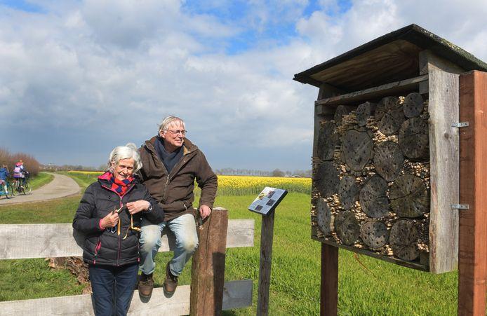 Geertje en Hans van Kessel bij hun bijenhotel