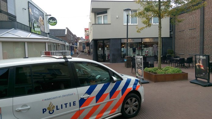 De politie op de Steenstraat in Boxmeer. foto SK-Media