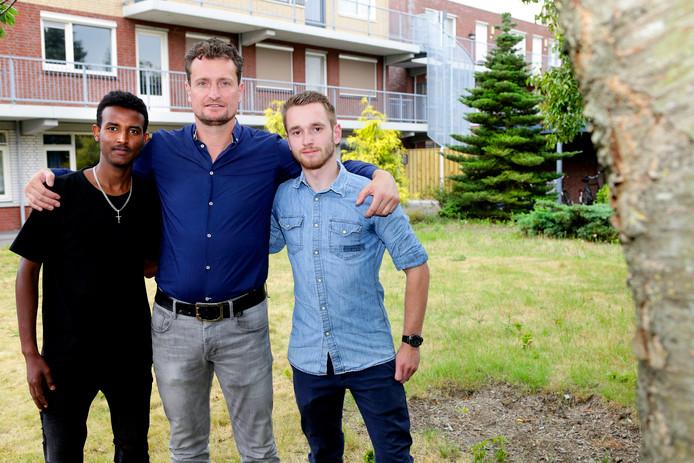 Studenten wonen in Waalwijk tussen de statushouders. Op de foto vlnr: Efrem uit Eritrea, huismeester Ronald en student Niek.