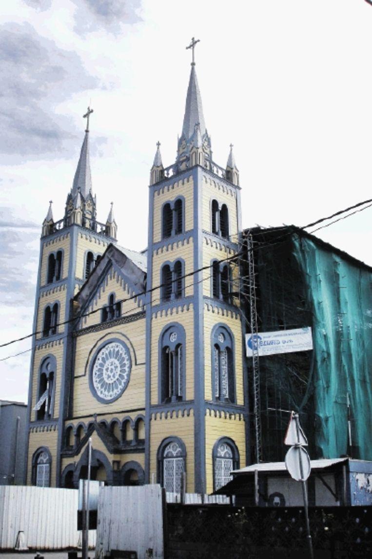 De Petrus en Pauluskathedraal is helemaal van hout. Het interieur is van cederhout. Vanwege instortingsgevaar werd de kerk in 1989 gesloten. (FOTO MARIUS BREMMER) Beeld