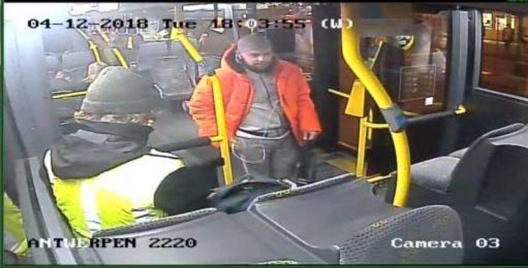 De Politie Regio Turnhout verspreidt deze beelden naar aanleiding van een vechtpartij op een bus van De Lijn tussen Baarle-Hertog en Turnhout.