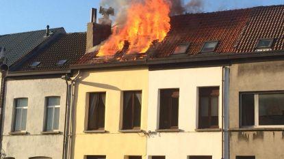Dakbrand in rijwoning