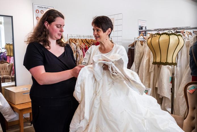Toekomstige bruid Karen en haar mama Ellen hebben de trouwjurk van hun dromen gevonden.