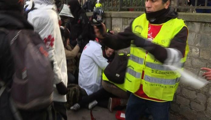 Attroupement autour de la victime, samedi, à Paris.