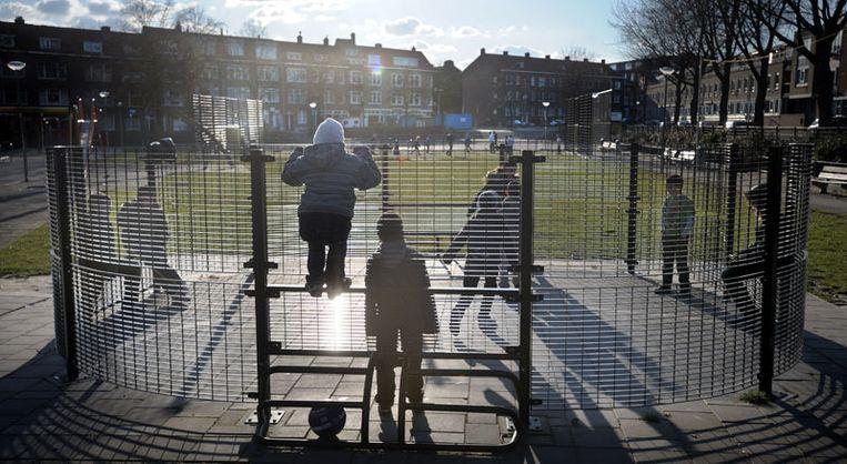 Kinderen spelen buiten in Charlois © Joost van den Broek/ de Volkskrant Beeld null