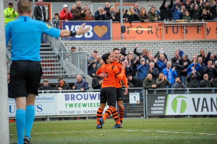 Een vertrouwd beeld dit seizoen: juichende spelers van Sparta Nijkerk.