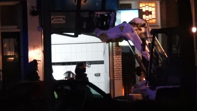 De politie deed een inval in een autopoetsbedrijf aan de Aelbrechtskade.