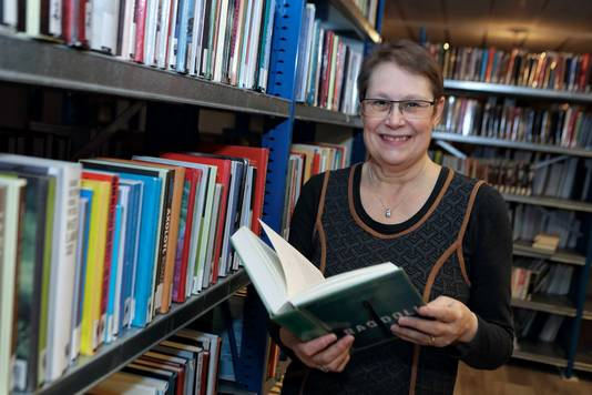 Jacqueline Coppens tussen de boeken in de Roosendaalse bibliotheek.