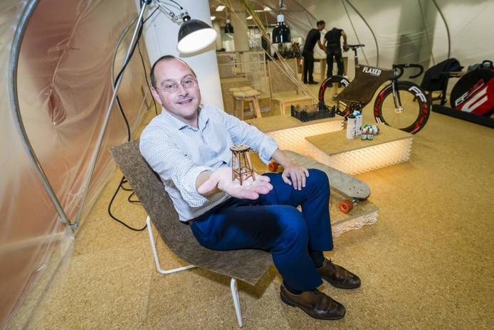 Wethouder Arjan van der Weegen poseert in de popupwinkel in de Kortemeestraat te midden van biobased materialen.