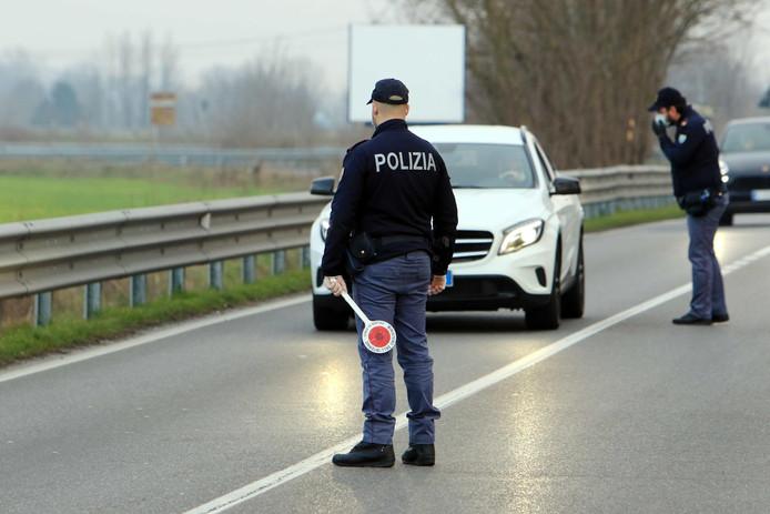 Contrôle de police à la ville confinée de Casalpusterlengo, au sud de Milan, ce 23 février.