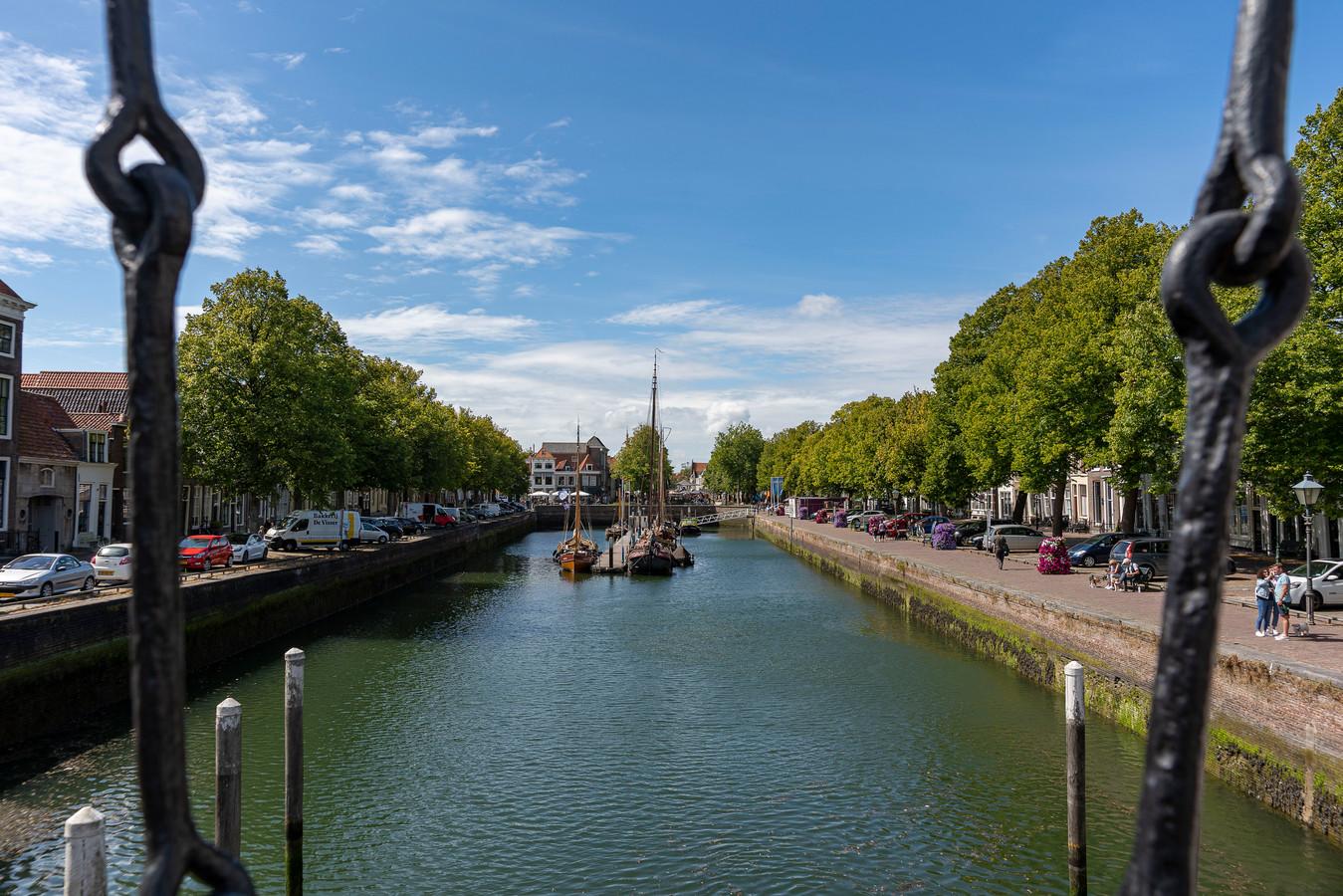 De eeuwenoude kademuren van de Oude Haven in Zierikzee scheuren en zijn dringend aan restauratie toe.