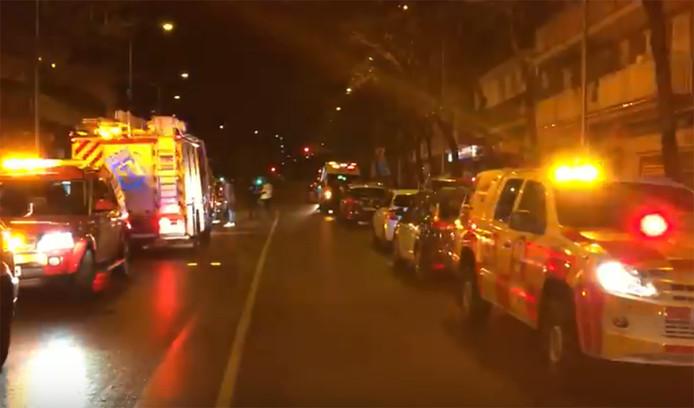 Toegesnelde hulpdiensten bij de discotheek in Madrid.