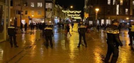 Relschoppers belagen politie in Groninger binnenstad: agent gewond, twee verdachten vast