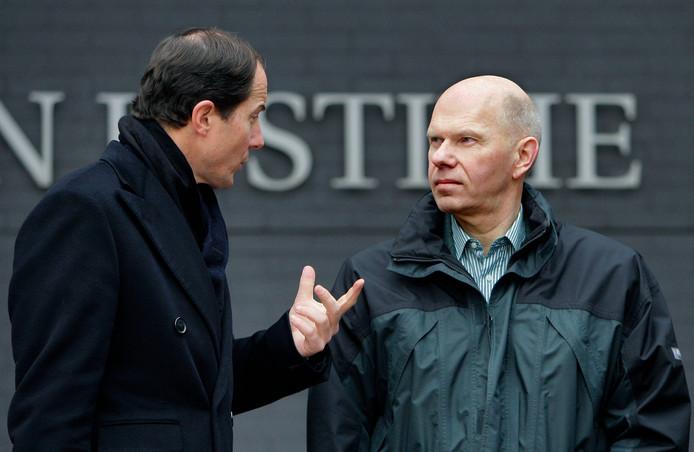 Ernest Louwes (rechts) in gesprek met advocaat Geert-Jan Knoops in 2008.