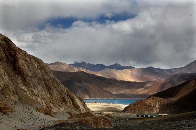 Het Pangong-bergmeer op ruim 4000 meter hoogte, waar Chinese en Indiase militairen afgelopen weekend kennelijk tegenover elkaar kwamen te staan. Beeld AP