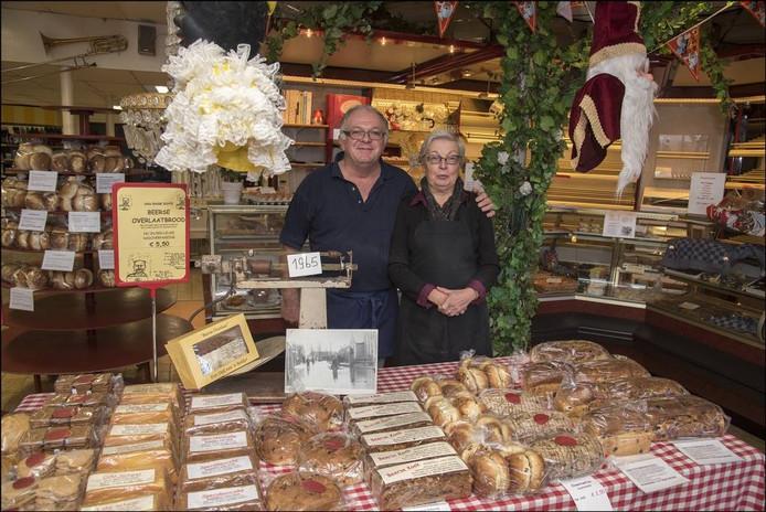 Het echtpaar Twan en Els van Dijk in de eigen bakkerij in Beers. Foto: Theo Peeters