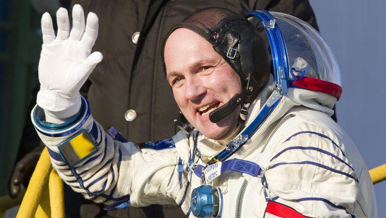 André Kuipers zwaait voor zijn vertrek naar het ISS. Beeld AFP
