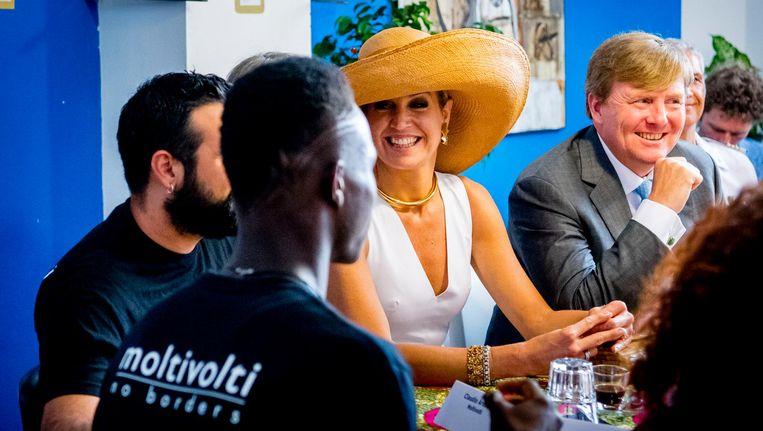 Koning Willem-Alexander en koningin Maxima in gesprek met migratie-hulpverleners tijdens hun bezoek aan Palermo. Beeld anp