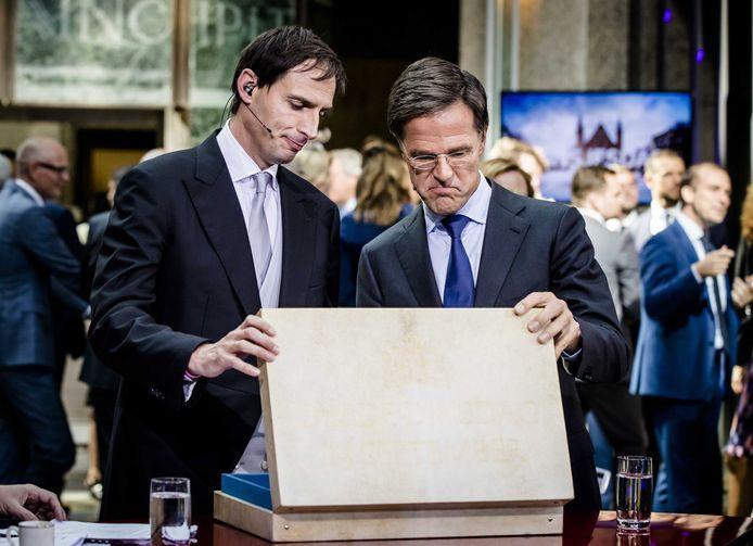 Archiefbeeld: Minister Wopke Hoekstra van Financiën en premier Mark Rutte na het aanbieden van het koffertje met de rijksbegroting en miljoenennota
