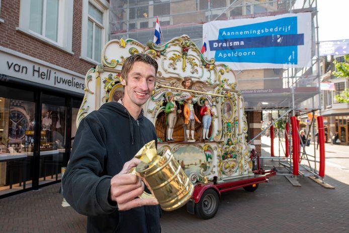 Een beeld dat voorlopig niet meer in Apeldoorn is te zien. Orgelman Robin was vier weken geleden dolblij dat hij weer op de Hoofdstraat mocht draaien.
