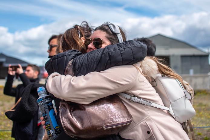 Nabestaanden van de inzittenden van het verdwenen vliegtuig otmoetten elkaar gisteren op een Chileense militaire basis in Punta Arenas.
