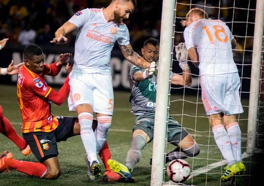 Onvervalste scrimmage voor het doel van Club Sport Herediano-doelman Daniel Cambronero, waar Leandro Gonzalez (5) en Jeffrey Larentowicz (18) er namens Frank de Boers Atlanta United niet in slagen de bal over de lijn te werken.