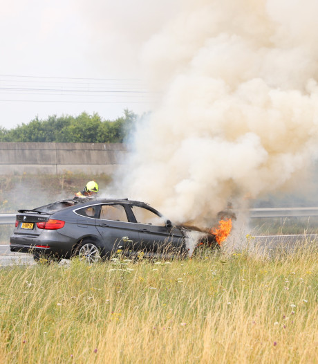 Brandende BMW op de A15 bij Wadenoijen