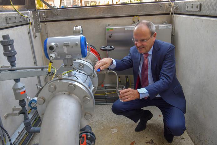 Brabant Water-directeur Guïljo van Nuland tapt oeroud water uit een bron van ruim 200 meter diep bij het productiebedrijf aan de Antoon Coolenlaan in Eindhoven.